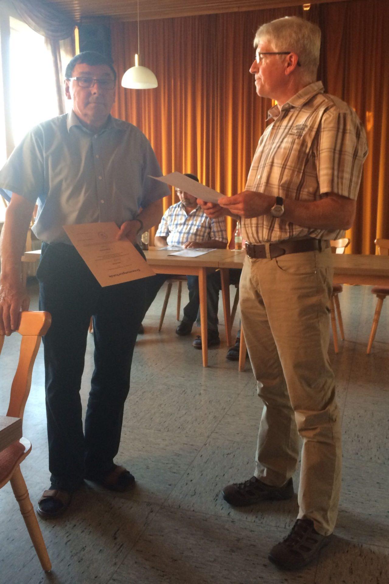 Rudi Weber wird von Ortsbürgermeister Adolf Schuch zum 1. Beigeordneten ernannt (v.l. Adolf Schuch und Rudi Weber)