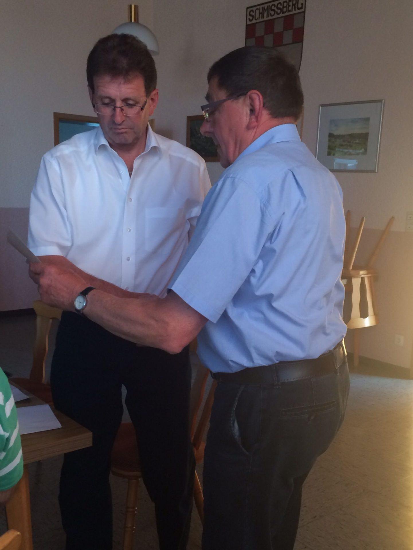 Ralph DIetz wird von Ortsbürgermeister Adolf Schuch zum 2. Beigeordneten ernannt (v. l. Ralph Dietz und Adolf Schuch)