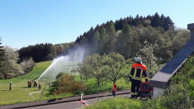 Freiwillige Feuerwehr übt Wasserentnahme