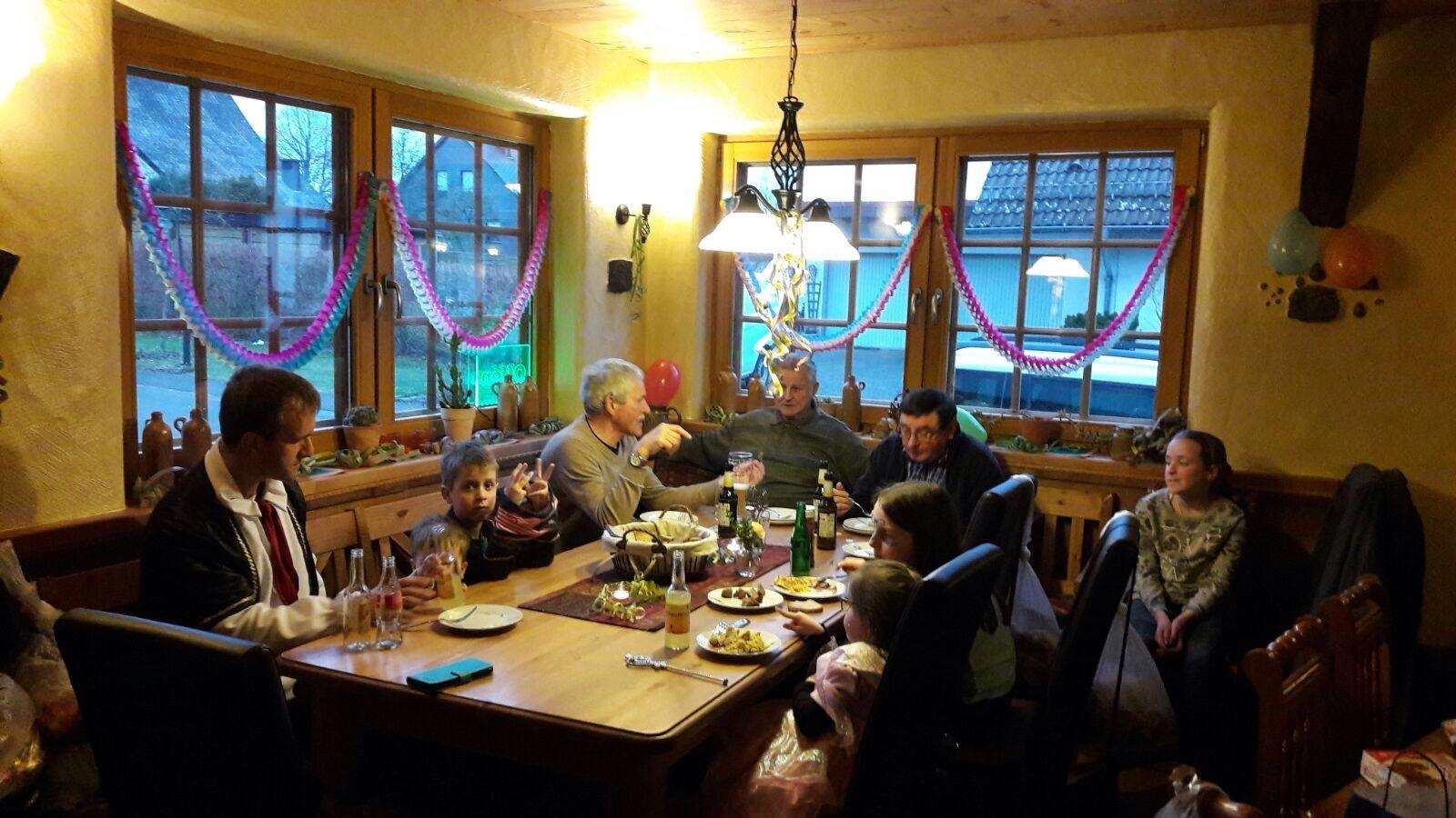 Gäste feiern Fastnacht im Schlachthaus