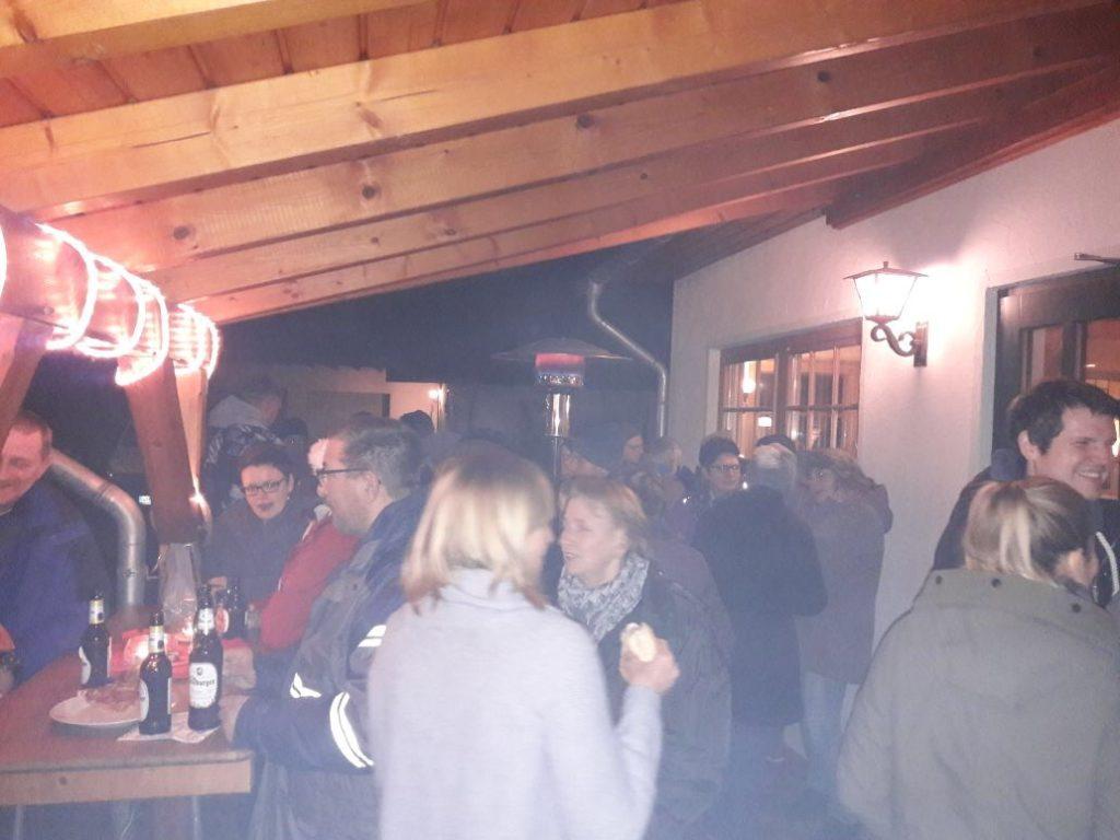 Gäste feiern beim jährlichen Glühweintrinken am Schlachthaus Weihnachten
