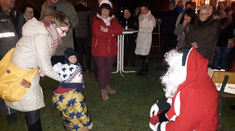 Weihnachtsmann bringt Geschenke für Kinder und Erwachsene