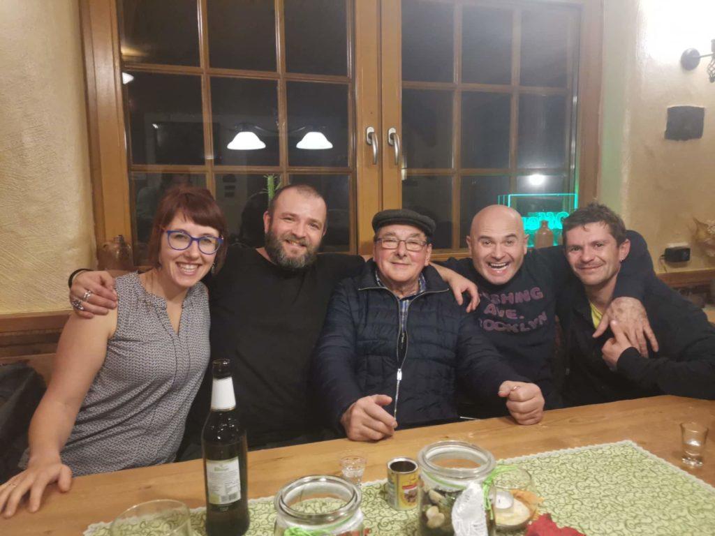 Die vier Slowaken zusammen mit Jana Grauer und Adolf Schuch an einem Samstagabend im Schlachthaus.