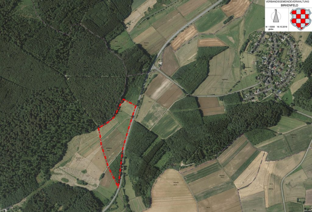 Eine Karte der Verbandsgemeinde Birkenfeld, die während der Sitzung im Gemeinschaftshaus gezeigt wird. Auf der Karte ist zu sehen, wo das neue Gewerbegebiet entstehen könnte.