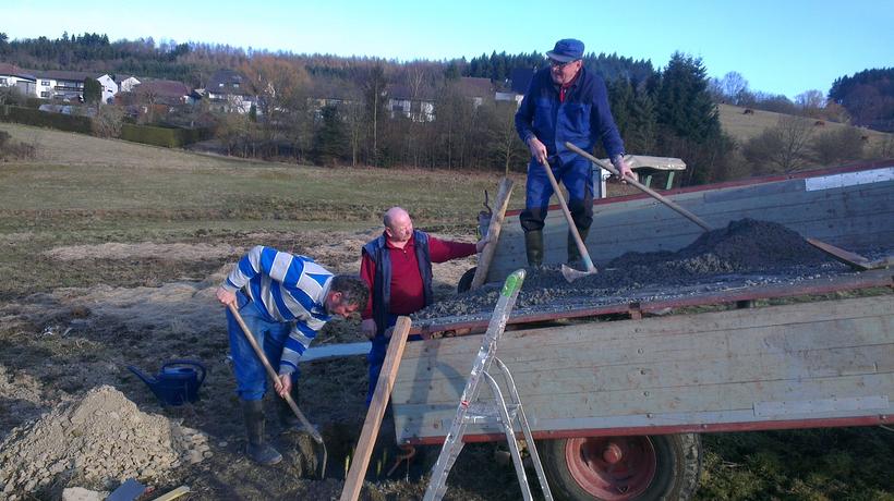 Arbeiter bauen Storchennest auf