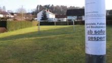 Coronavirus - Ein Aushang auf dem Spielplatz weisst daraufhin, dass öffentliche Plätze derzeit gesperrt sind.