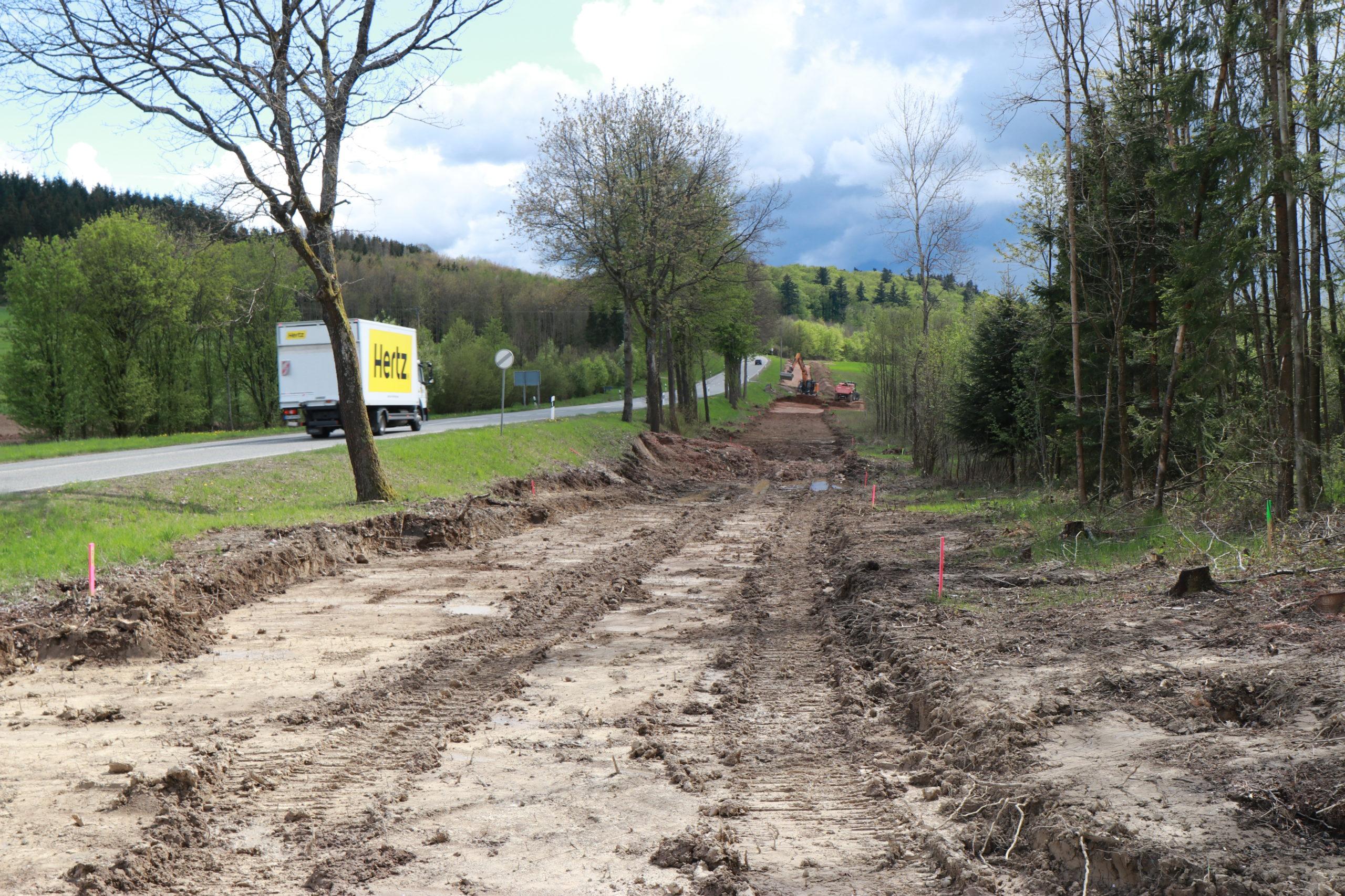 B41-Ausbau: Eine aufgegrabene Wiese.